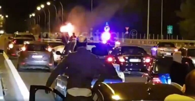 «Λαμπάδιασε» αυτοκίνητο στην Αθηνών – Λαμίας. Διακόπηκε η κυκλοφορία [εικόνες]