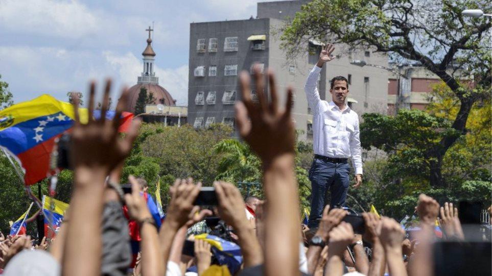 Τρίτη μέρα του μπλακ άουτ στη Βενεζουέλα: «Το καθεστώς σας σκοτώνει», λέει στον λαό ο Γκουαϊδό