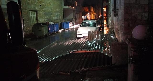 Λαμαρίνες «έφυγαν» από στέγη στο κέντρο του Βόλου [photos]