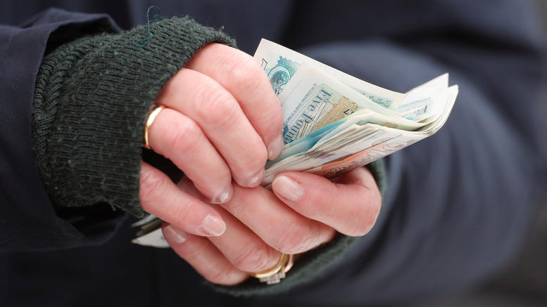 Μυστηριώδεις χρηματικές δωρεές κάνουν ένα χωριό να αναρωτιέται