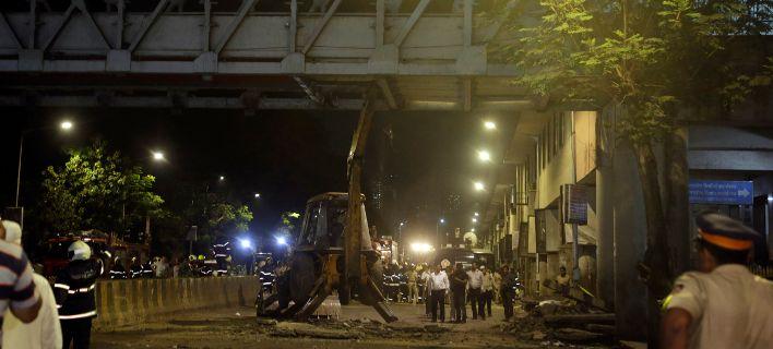 Ινδία: Κατέρρευσε πεζογέφυρα σε ώρα αιχμής. 5 νεκροί [εικόνες]