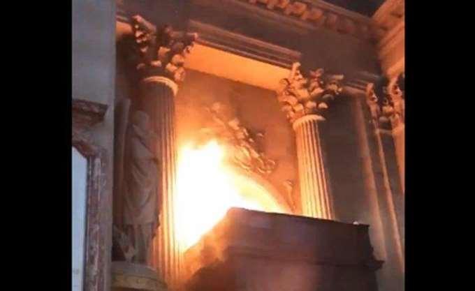 Καίγεται ο ιστορικός ναός του Αγίου Σουλπικίου στο Παρίσι