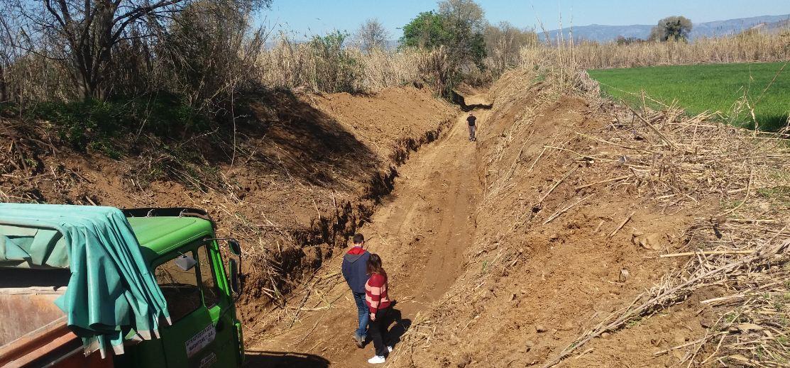 Εργασίες καθαρισμού των ρεμάτων στον δήμο Ρήγα Φεραίου