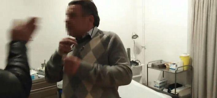 Ο Ρουβίκωνας απειλεί γιατρούς που παίρνουν φακελάκια: «Μαζέψτε τους, αλλιώς θα τους μαζέψουμε εμείς»