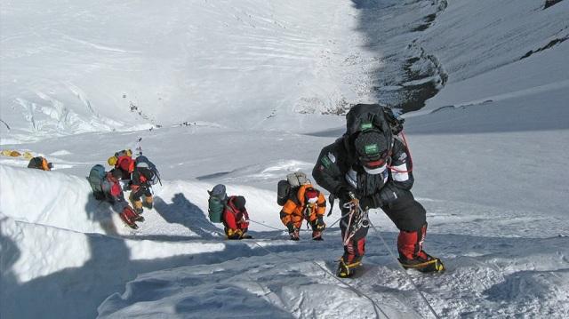 Η μακάβρια πλευρά του Έβερεστ: Το λιώσιμο των παγετώνων αποκαλύπτει πτώματα ορειβατών