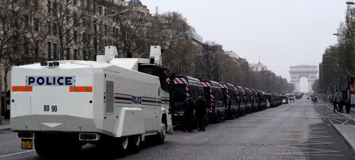Στρατός και αστυνομικοί στους δρόμους απέναντι στα «Κίτρινα Γιλέκα» στο Παρίσι