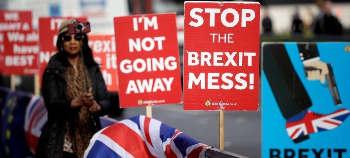 Τέσσερα εκατ. Βρετανοί υπέγραψαν την αίτηση για παραμονή στην ΕΕ: Χιλιάδες σήμερα στους δρόμους