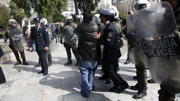 Μαθητική παρέλαση Αθήνας: Προσαγωγές στο Σύνταγμα - Μικρή ένταση