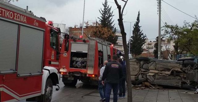 Αυτοκίνητο έφερε τούμπες σε δρόμο της Λάρισας: Στο νοσοκομείο η 45χρονη οδηγός