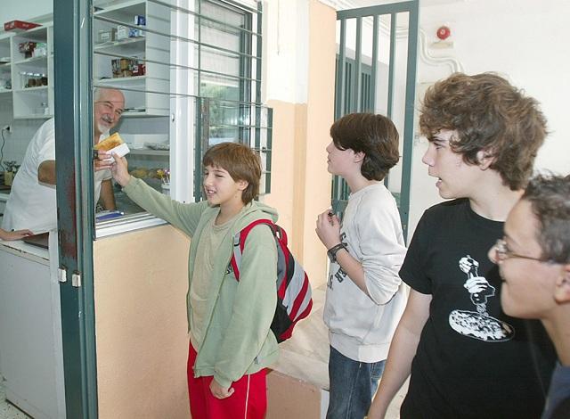 ΕΦΕΤ: Ποια τρόφιμα απαγορεύονται από τα κυλικεία στα σχολεία [λίστα]