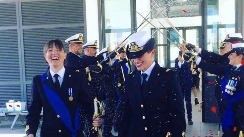 Δυο γυναίκες αξιωματικοί ενώθηκαν με τα δεσμά του γάμου