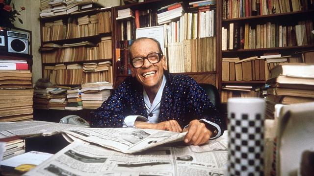 Ο Αιγύπτιος Ναγκίμπ Μαχφούζ, ο πρώτος αραβόφωνος Νομπελίστας συγγραφέας