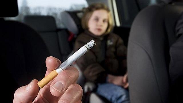 Πρόστιμο 1.500 ευρώ σε οδηγό που κάπνιζε παρουσία του 6χρονου παιδιού του