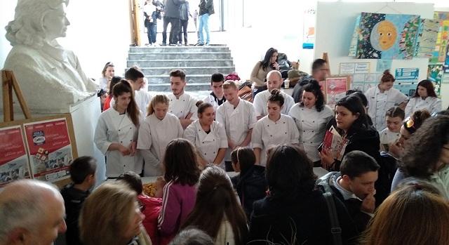 Κεράσματα από τους σπουδαστές της ΕΠΑΣ ΟΑΕΔ Βόλου στα εγκαίνια του 4ου Φεστιβάλ Βιβλίου
