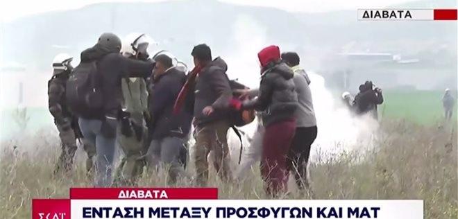Πεδίο μάχης και πάλι τα Διαβατά. Μάχες σώμα με σώμα μεταξύ ΜΑΤ - μεταναστών