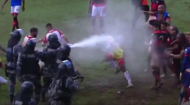 Συμπλοκές παικτών και αστυνομίας στη Βραζιλία: Έριξαν και σπρέι πιπεριού σε ποδοσφαιριστές