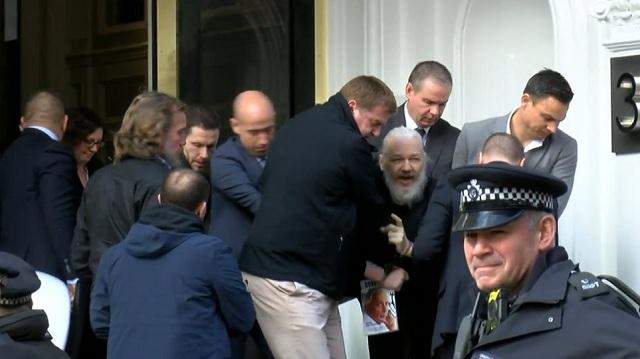 Συνελήφθη ο Ασάνζ στη Βρετανία: Τον έβγαλαν σηκωτό από την πρεσβεία του Ισημερινού