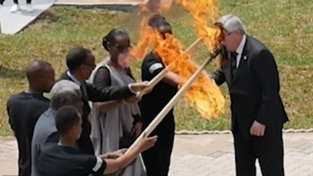 Ο Γιούνκερ παραλίγο να βάλει φωτιά στην πρώτη κυρία της Ρουάντα
