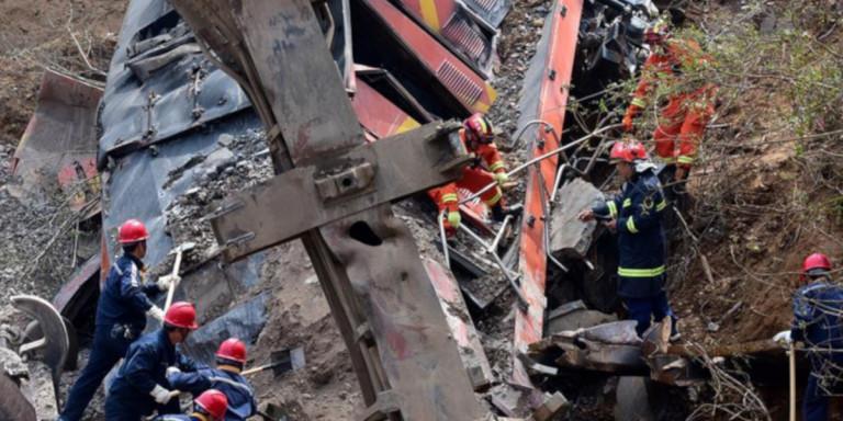 Κίνα: Τρένο εκτροχιάστηκε και διέλυσε σπίτι -Εξι νεκροί [εικόνες]