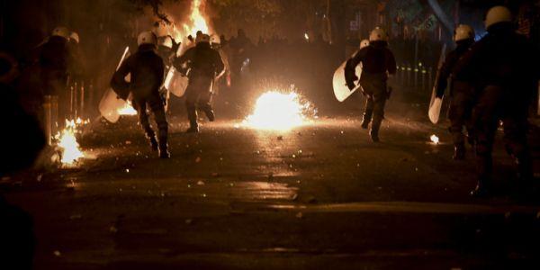 Εξάρχεια: Διαδοχικές επιθέσεις στα ΜΑΤ με μολότοφ, πέτρες και ξύλα