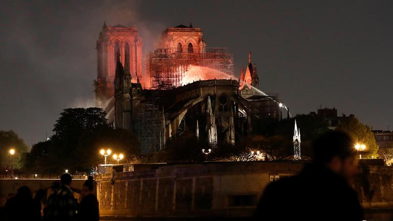 Υπό έλεγχο η ολέθρια φωτιά στην Παναγία των Παρισίων