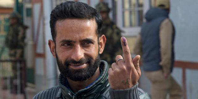 Ινδός έκοψε το δάχτυλό του όταν συνειδητοποίησε ότι ψήφισε λάθος κόμμα στις εκλογές