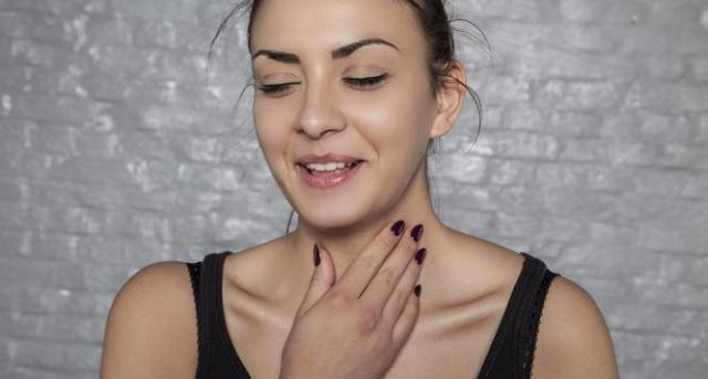 Γιατί «καθαρίζετε» συνέχεια τον λαιμό σας: Δείτε τις πιθανές αιτίες