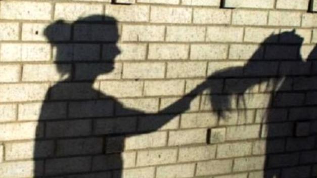 Σακάτεψε στο ξύλο την ανήλικη κόρη της στην Χαλκίδα