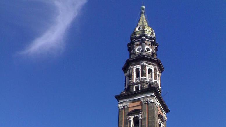 Πάσχα πάνω σε καμπαναριό έκαναν δύο απολυμένοι στην Ιταλία