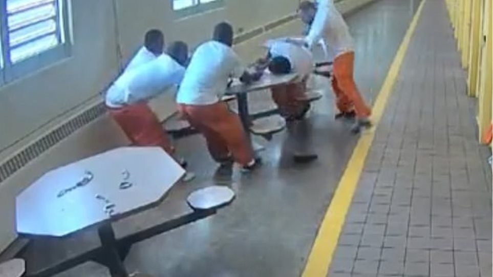 Δεσμοφύλακες αφήνουν ρατσιστή κρατούμενο να κατακρεουργήσει μαύρους δεμένους σε τραπέζι