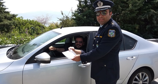 Ευχές και φυλλάδια της Τροχαίας μοίρασαν αστυνομικοί στη Μαγνησία