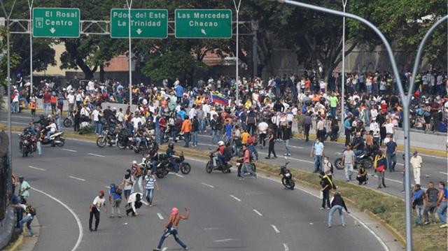 Οδομαχίες και πυροβολισμοί μετά το κάλεσμα Γκουαϊδό σε εξέγερση