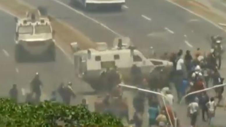 Όχημα του δικτάτορα Μαδούρο τσαλαπατά διαδηλωτές