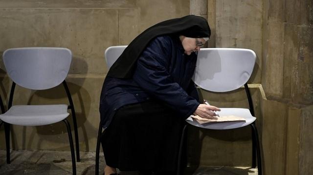 Έπιασαν «στα πράσα» καλόγρια να νοθεύει ψηφοδέλτια στις ισπανικές εκλογές