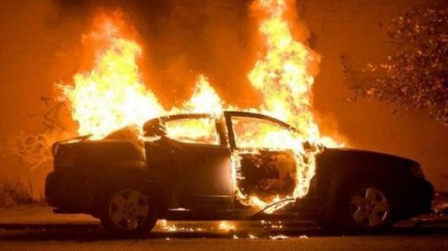 Στις φλόγες αυτοκίνητο αστυνομικού στο Αίγιο: Τι εξετάζουν οι Αρχές