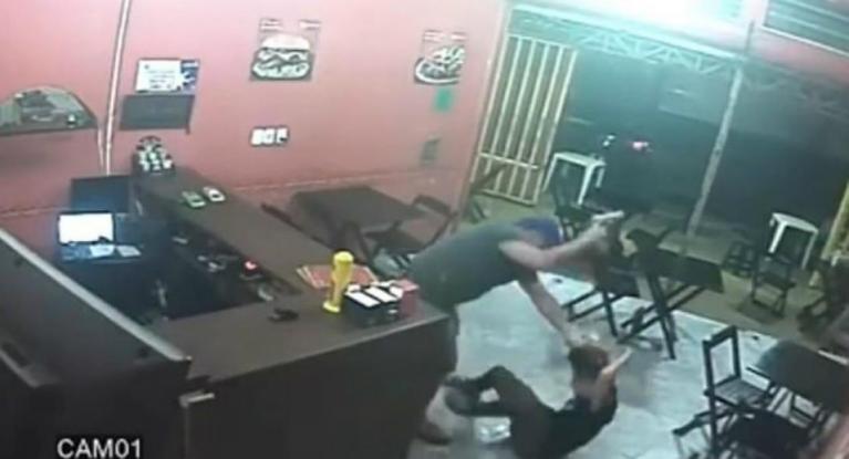 Αστυνομικός έσπασε στο ξύλο γκαρσόνα επειδή έβαλε λάθος σος στο χάμπουργκερ του