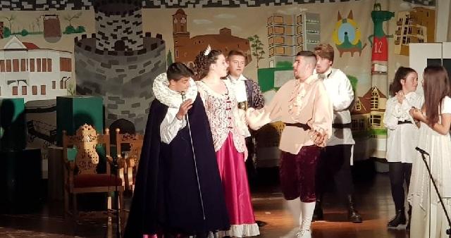 Η θεατρική ομάδα του ΕΠΑΛ Τυρνάβου κοντά στην Κιβωτό του Κόσμου στον Βόλο