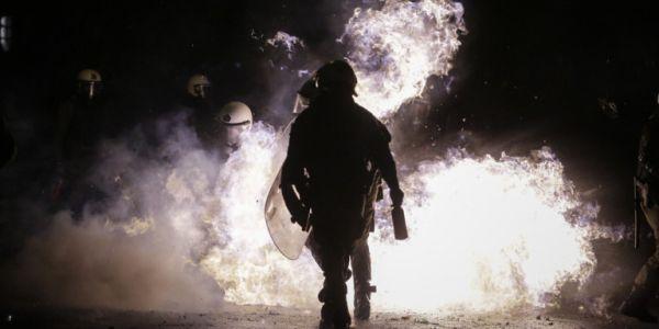 Εξάρχεια: Μπαράζ επιθέσεων με βόμβες μολότοφ εναντίον των ΜΑΤ