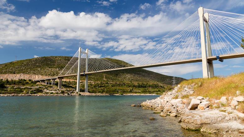 Οδηγός ταξί έπεσε από την γέφυρα της Χαλκίδας