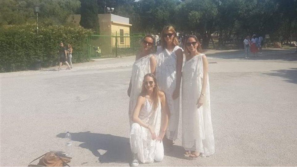Tουρίστριες «έφαγαν πόρτα» στην Ακρόπολη επειδή φορούσαν αρχαιοελληνική ενδυμασία!