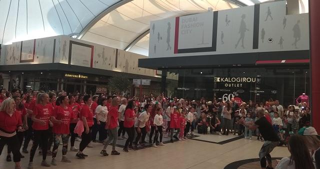 Δεκάδες Λαρισαίοι χόρεψαν για τον μικρό Δημήτρη στο Fashion City Outlet