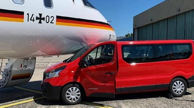 Αυτοκίνητο χωρίς οδηγό έπεσε πάνω στο αεροσκάφος της Μέρκελ