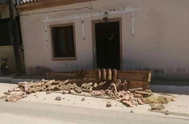 Oι ζημιές από τους σεισμούς στην Ηλεία: Βράχος έπεσε σε αυλή σπιτιού [εικόνες]