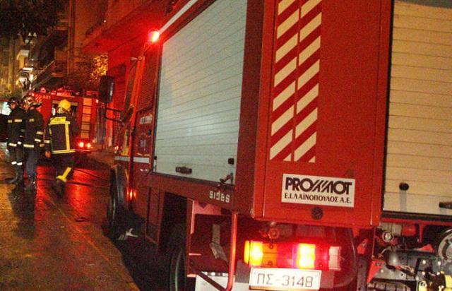 Στις φλόγες δύο οχήματα και εκλογικό κέντρο τα ξημερώματα