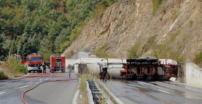 Δύο νεκροί από τη σύγκρουση φορτηγού με βυτιοφόρο στην Κορωπίου. Συναγερμός για διαρροή καυσίμων