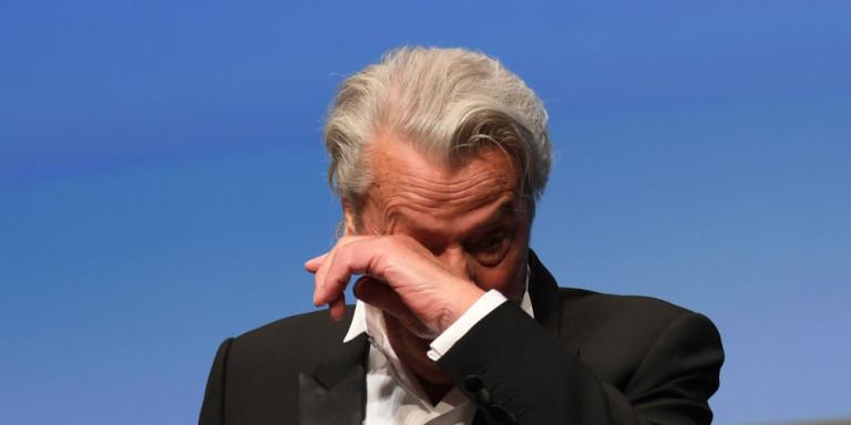 Ο Αλέν Ντελόν παρέλαβε με δάκρυα στα μάτια τον Χρυσό Φοίνικα, απαντώντας σε επικρίσεις