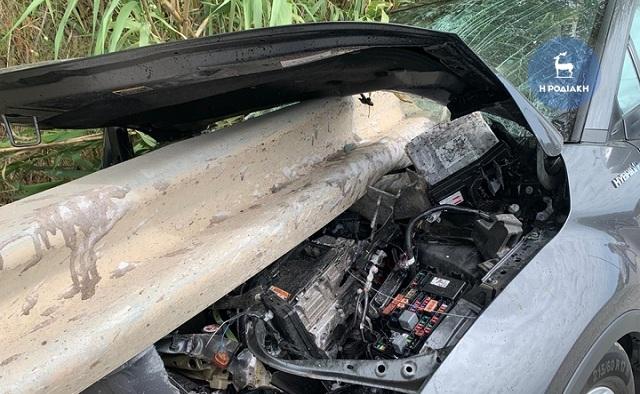 Tροχαίο στη Ρόδο: Προστατευτικό κιγκλίδωμα «σούβλισε» αυτοκίνητο [εικόνες]