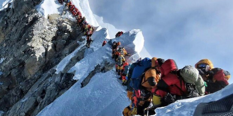 Viral φωτό από το Εβερεστ: Συνωστισμός στην ψηλότερη κορυφή του κόσμου [εικόνες]