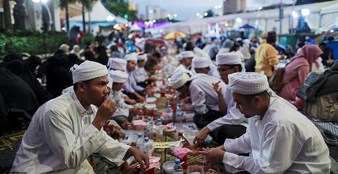 Μαλαισία: Αστυνομικοί γίνονται σερβιτόροι για να πίασουν όσους δεν νηστεύουν