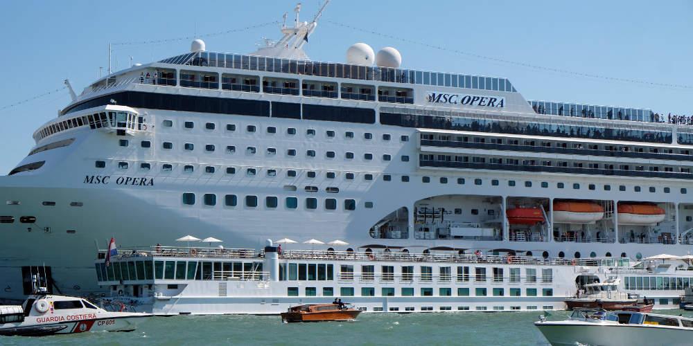 Κρουαζιερόπλοιο συγκρούστηκε με πλοιάριο στη Βενετία: Έπεσαν άνθρωποι στο νερό